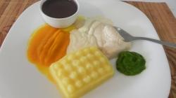 Batata, Frango com molho de queijo, cenoura, espinafre e caldo de feijão Foto: Fonocozinhando