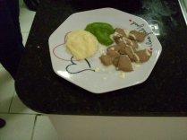 Purê de batatas, brócolis e picadinho de carne...
