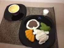 Escondidinho de carne... Arroz, feijão, cenoura, brócolis e frango com molho de queijo e sobremesa...tudo pastoso!!!!
