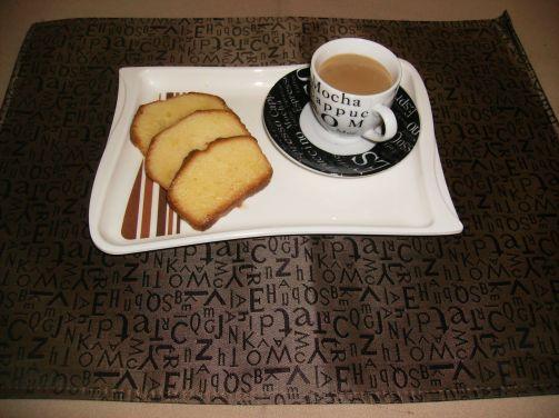 Opção para lanche da tarde...Café com leite espessado e bolinho de laranja pastoso.