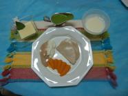 Prato 1 pronto - Carne em fatias, cenoura, arroz e feijão. Sobremesa: Doce de leite condensado e iogurte