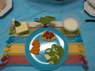 Entrada: Creme de alho poró. Prato principal: Massa ao sugo, frango com molho de espinafre e cenouras. Sobremesa: doce de leite condensado e iogurte.